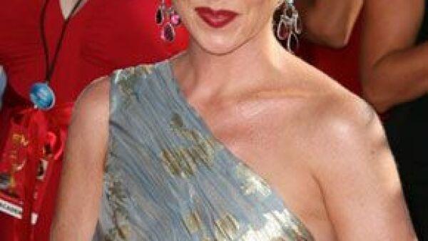 La alfombra roja de la 60 edición de los prestigiados premios a la televisión estadounidense se vio llena de estrellas que destacaron por su buen gusto y elegancia.