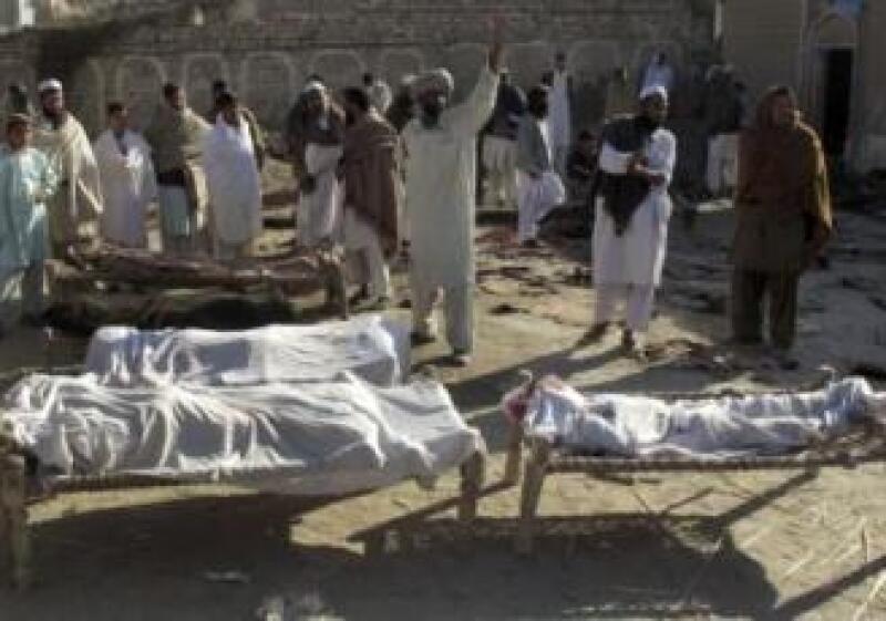 Víctimas del atentado con bomba en un evento masivo en Pakistán. (Foto: Reuters)