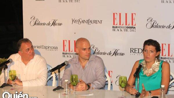 El secretario de turismo de Guerrero, Javier Aluni, con el director general de Grupo Expansión, Manuel Rivera, y la editora de moda de la revista ELLE, Sara Galindo.