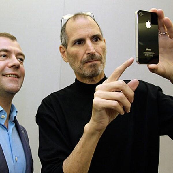 Steve Jobs, CEO de Apple, le muestra al presidente de Rusia, Dmitry Medvedev, el nuevo 'smartphone'.