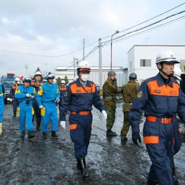 Rescatistas japoneses ayudan tras el terremoto