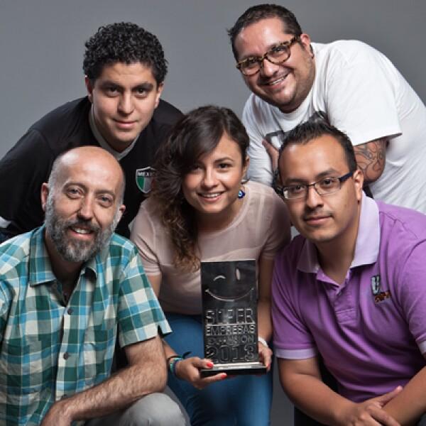 Publicis realizó una sesión fotográfica para festejar que se encentran dentro del ranking de las Súper Empresas. El personal posó con el reconocimiento que les fue entregado.