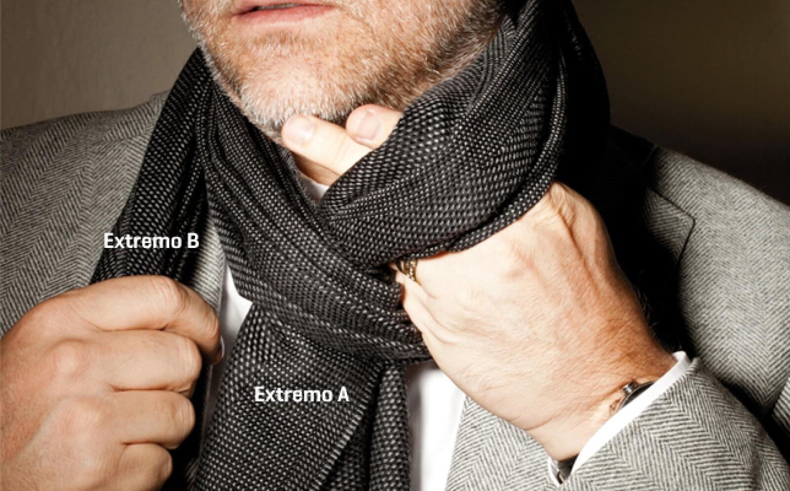 Con tu mano izquierda, jala el extremo A por encima de la parte que quedó enrollada en tu cuello para formar un hueco.