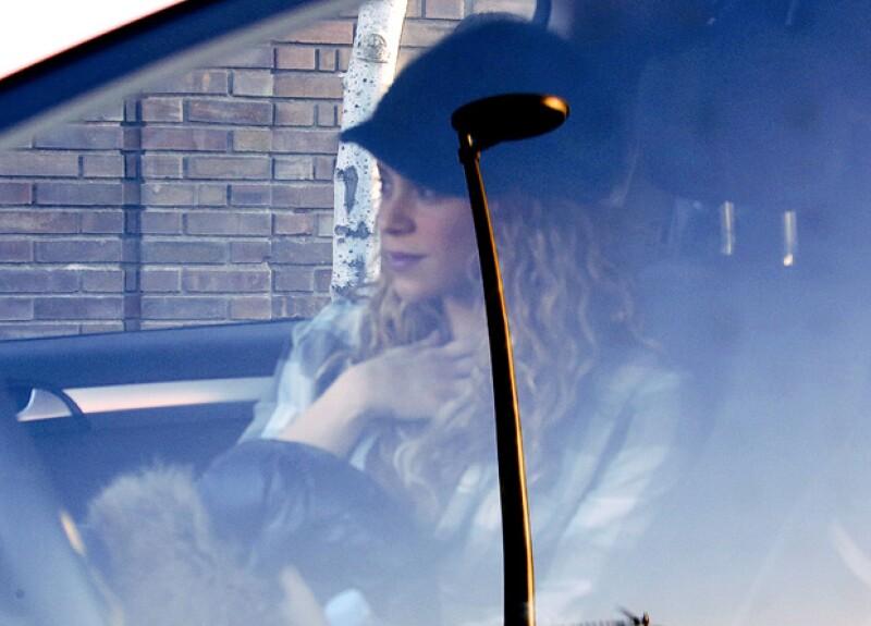 La colombiana tenía un semblante tranquilo y relajado a bordo de su coche.