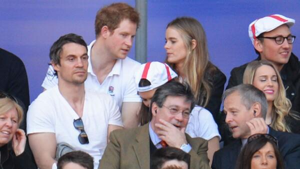 El príncipe organizó una fiesta este martes en un pub de Londres a la que no faltó su exnovia.