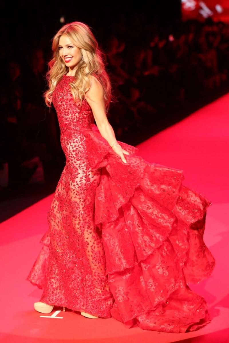 La cantante se motró feliz y orgullosa de caminar por la pasarela en este vestido rojo de Shady Zeineldine.