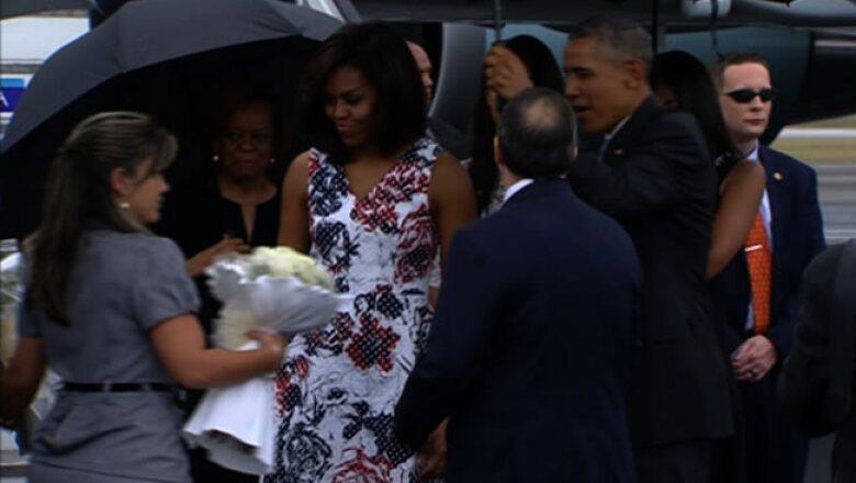 La primera dama de EU, Michelle Obama, recibió un ramo de rosas blancas por parte de las autoridades cubanas