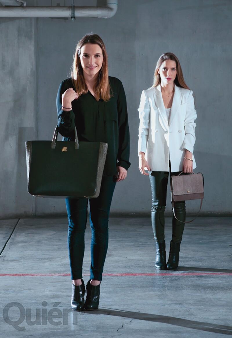 Carla Orestano (en frente) en una camisa de Zara, jeans Rag & Bone y botines Guiseppe Zanotti. Andrea con un saco de Theory, camisa J.Crew, Jeans AG Adriano Goldchied, y botines Rag & Bone.