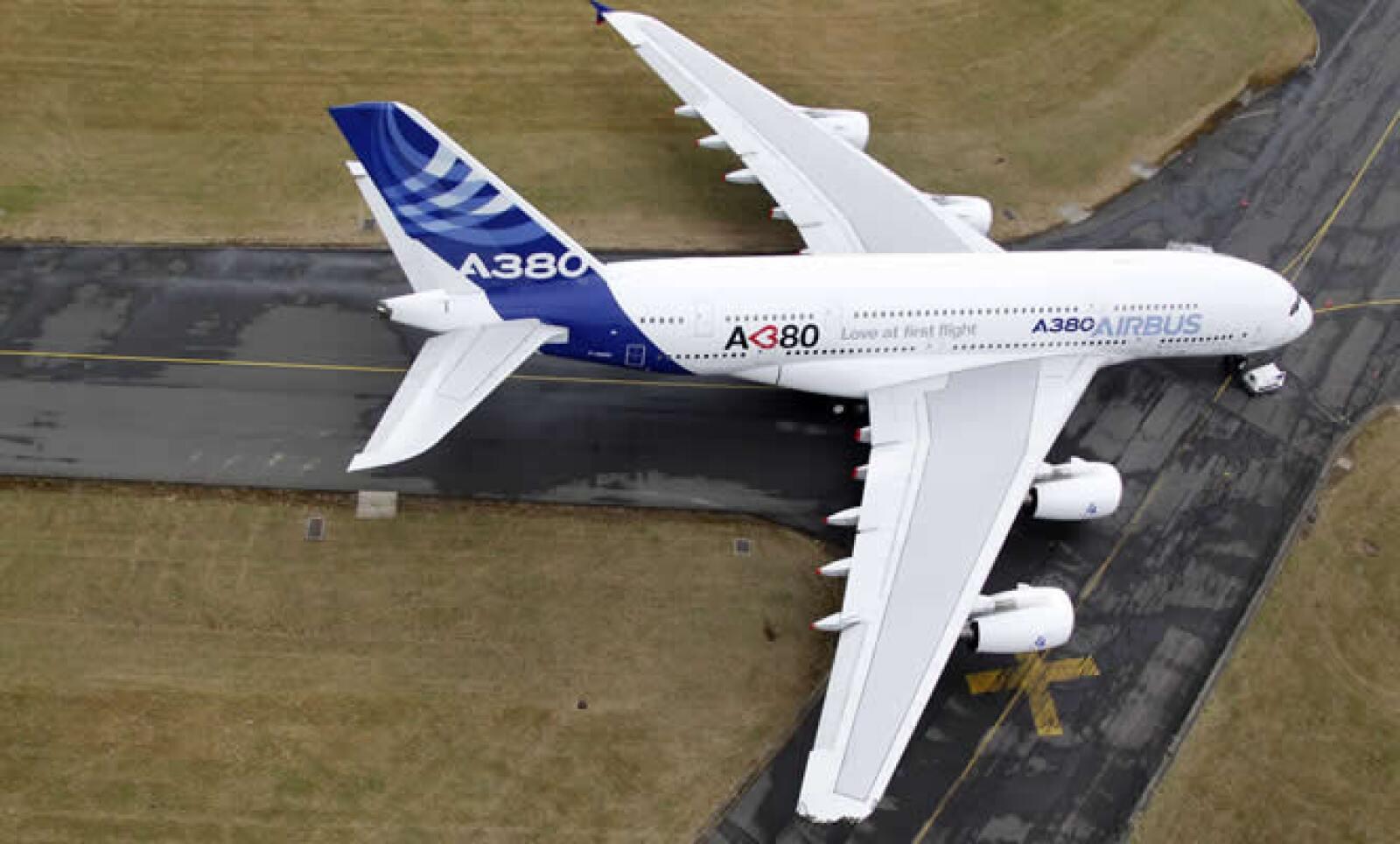 El alerón derecho de un A380 de prueba, una gigantesca nave con una envergadura de casi 80 metros, se raspó con un edificio en el aeropuerto Le Bourget este domingo y fue retirado de las exhibiciones de vuelo.