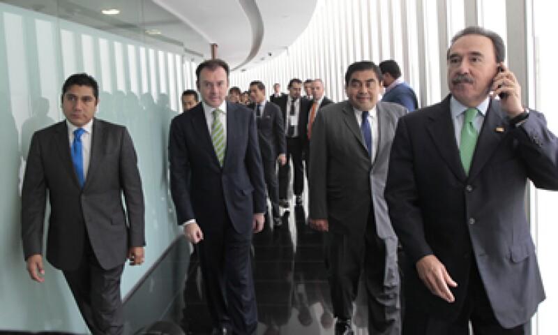 El secretario de Hacienda fue escoltado por el líder de la bancada del PRI, Emilio Gamboa (d), previo a su comparecencia en el Senado (Foto: Notimex)