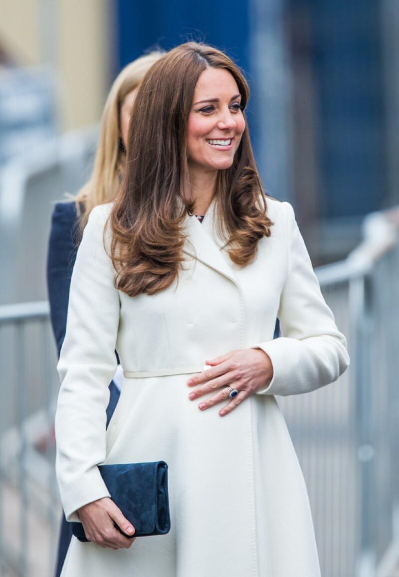 Hace pocos días que la duquesa volvió de sus vacaciones con William y George. Ahora fue vista en un nuevo compromiso luciendo sus siete meses de embarazo.