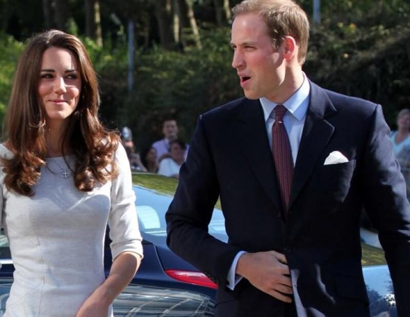 La Duquesa de Cambridge realizó una visita al Royal Marsden Hospital en Belmont, donde vistió muy discreta y con clase. Al evento fue acompañada por su esposo, el príncipe Guillermo.