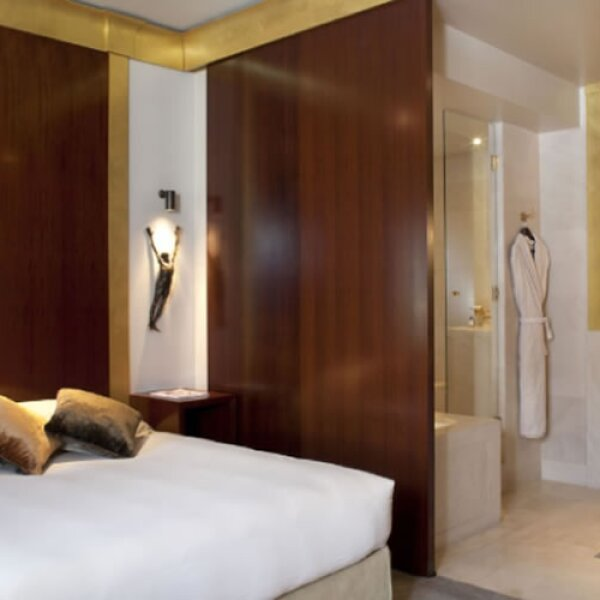 París es una ciudad en donde el lujo es habitual. Por ello es normal que tenga los mejores hoteles de Francia, como el Park Hyatt Vendôme, uno de los más prestigiosos. Sus 5 estrellas y su arquitec...