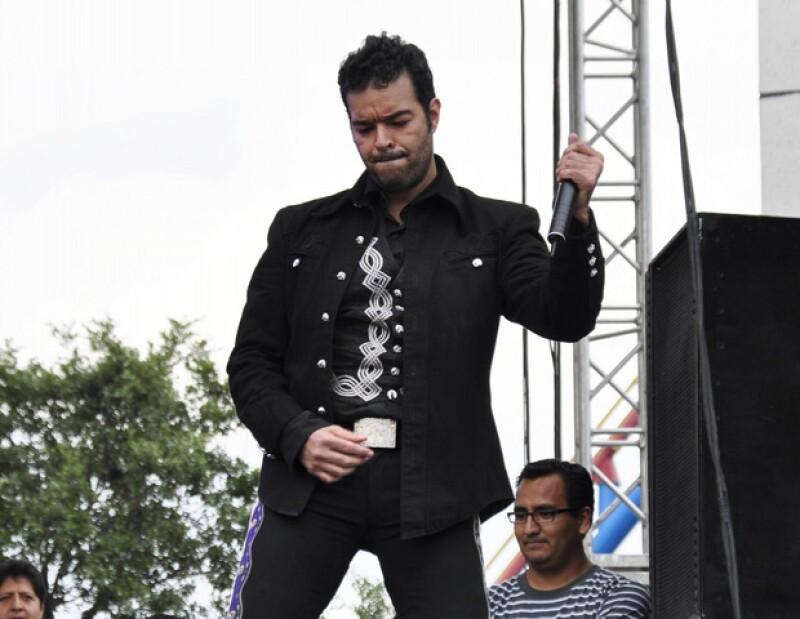 El cantante fue detenido por rebasar y chocar a otro vehículo, mientras transitaba por la autopista federal Playa del Carmen-Tulum, aunque fue liberado antes de llegar a los separos.