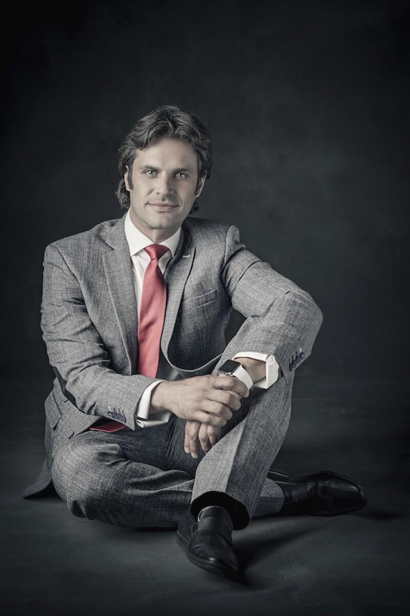 Mark Tacher en el papel de Aaron, un hombre de negocios con poca experiencia en primeras citas.