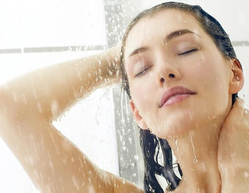 Enjuagar el pelo con agua fría ayudará a sellar la cutícula y evitando que se lastime con el calor.