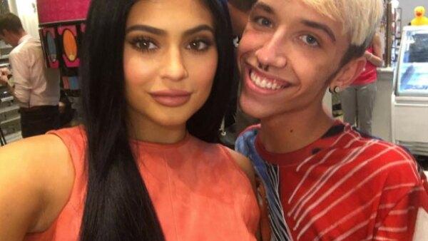 Johnny Cyrus, un joven de 18 años de Milwaukee, se tatuó toda la gama de colores de los lipsticks de Kylie en el brazo.