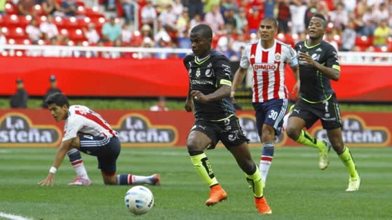 Carlos Darwin Quintero mostró velocidad y contundencia ante la defensa de Chivas