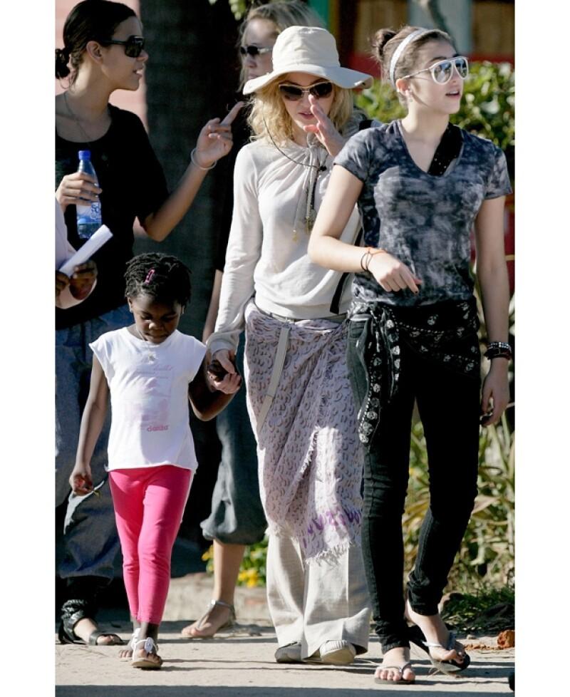 En 2010, Madonna junto a Mercy James y a la derecha Lourdes, la primera hija biológica de la cantante.