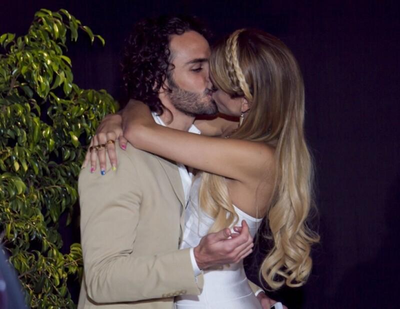 La pareja fue captada dándose este beso durante la presentación de la telenovela `Amores verdaderos´.