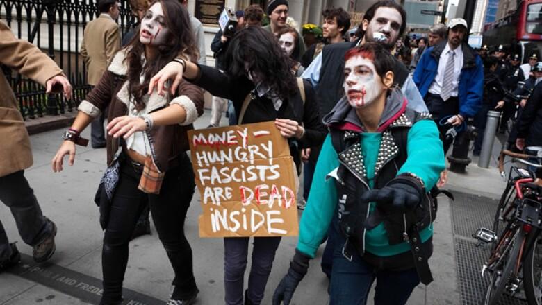 Los arrestos de 700 personas en el Puente de Brooklyn el fin de semana desataron el enojo de los manifestantes que acampan en un parque en Manhattan.