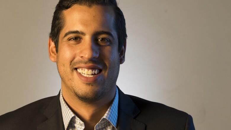 Alejandro Guizar desarrolló el dispositivo móvil Billpocket para pagos con tarjetas bancarias que se conectan a un smartphone sin necesidad de una renta mensual por derecho a tener el dispositivo.