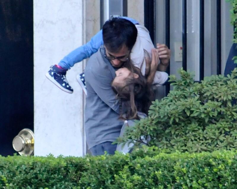 Al productor se le captó en estas imágenes en Buenos Aires, justo después de que recogier a la pequeña en su escuela.