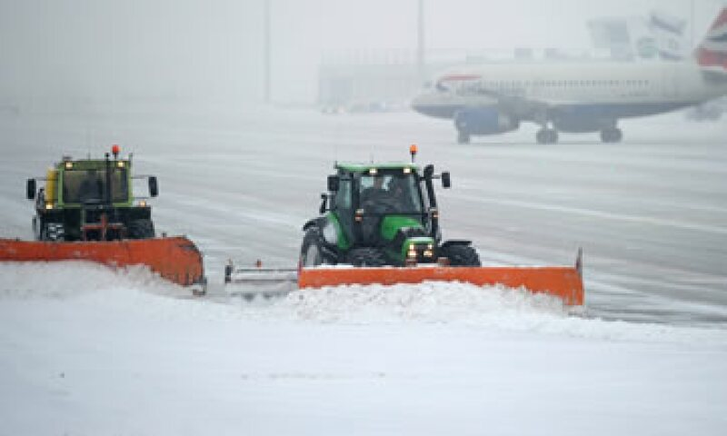 Máquinas retiran la nieve en la pista del aeropuerto de Munich, Alemania. (Foto: AP)