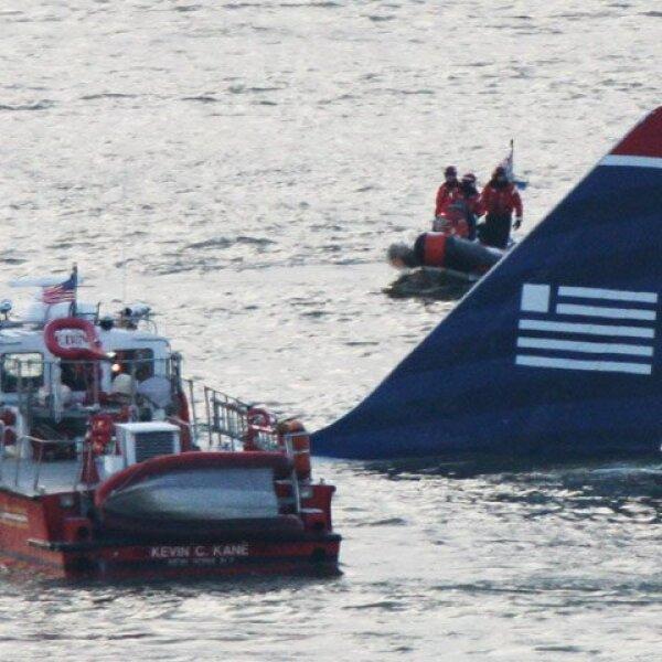 La nave estaba sumergida en el agua hasta las ventanillas, y los equipos de rescate ya habían abierto la puerta y sacaban a los pasajeros, que vestían salvavidas amarillos.