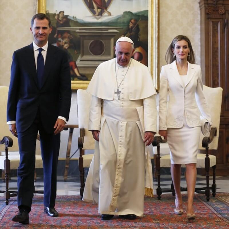 Traje de dos piezas y pumps color nude de Magrit, otros consentidos, conformaron su outfit.