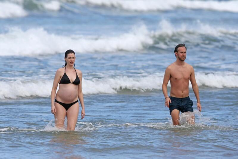 Luciendo un avanzado embarazo, Anne Hathaway, junto con su esposo Adam Shulman, disfrutaron de sus vacaciones decembrinas en Hawái.