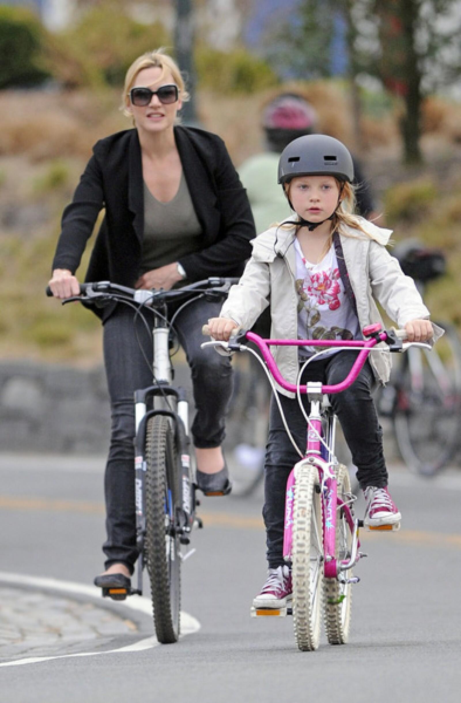 No todo es trabajo para Kate Winslet, pues también se da tiempo para pedalear al lado de su hija Mia a lo largo del Hudson River Parkway en Nueva York.