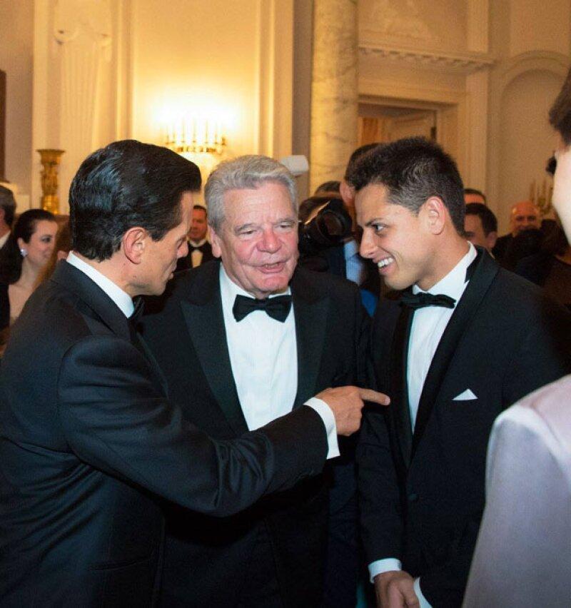 Chicharito fue el invitado de honor del presidente alemán, Joachim Gauck (al centro de la foto).