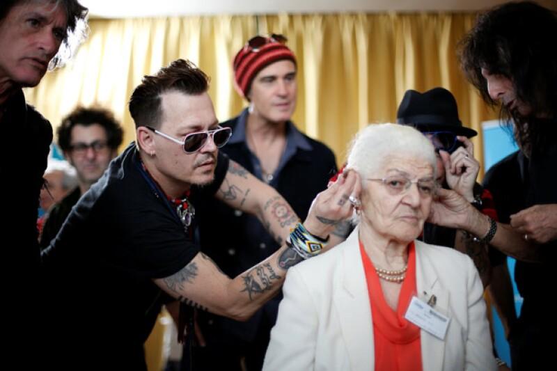 Mientras Amber estaba en LA, Johnny Depp estaba en Lisboa con su banda haciendo obras de caridad con ancianos.