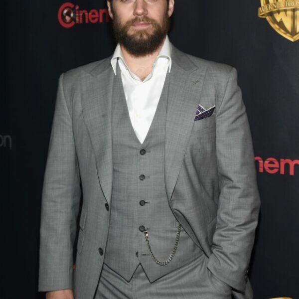 Henry Cavill luce un look con barba en la reciente premiere de la cinta The Big Picture.