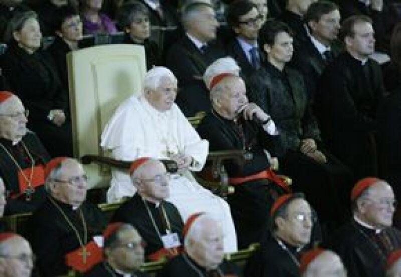 El líder de la iglesia católica presenció el estreno de un cinta basada en su antecesor.