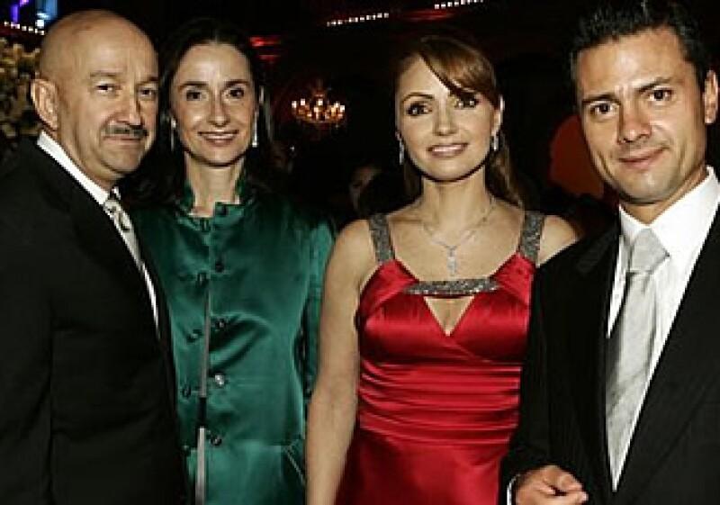 El ex Presidente y su esposa Ana Paula Gerard, junto a Angélica Rivera y el Gobernador del Estado de México, Enrique Peña Nieto, en la boda de la hija del diputado priista Emilio Chuayffet, el 11 de julio de 2009. (Foto: Quién.com)