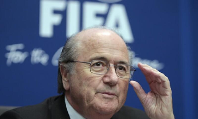 Varios miembros del comité ejecutivo interpusieran cargos penales contra Joseph Blatter, presidente de la FIFA. (Foto: AP)
