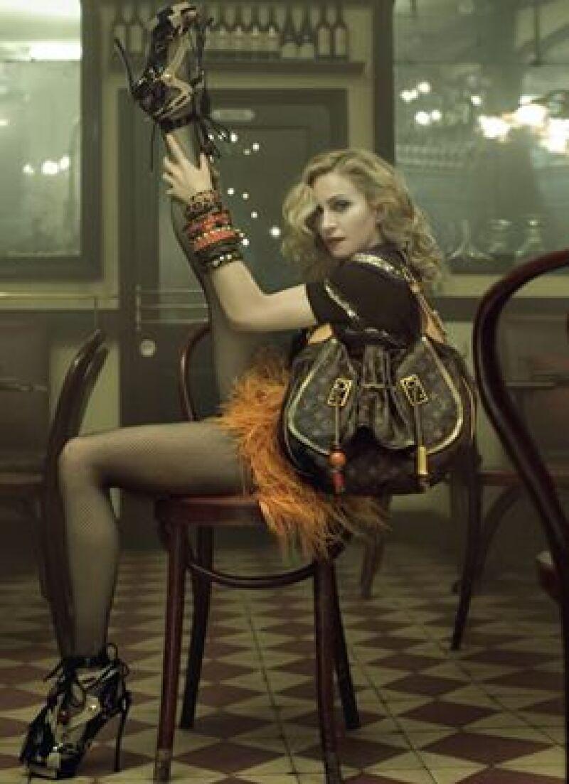 La Reina del Pop aparece en provocativas fotografías como parte de la campaña de la marca.