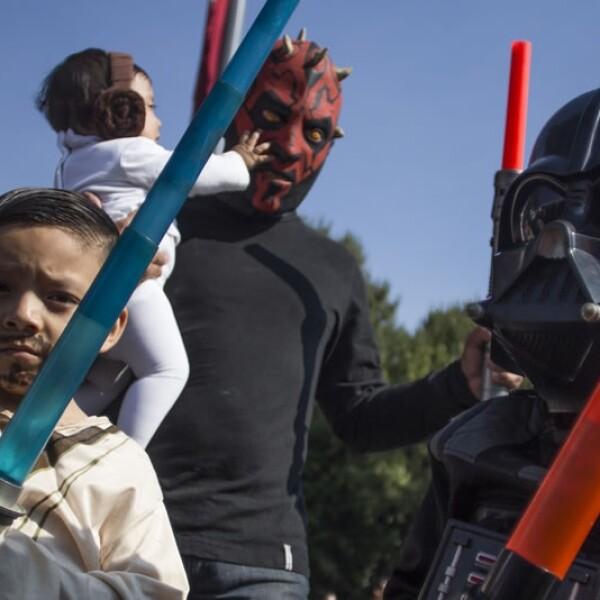 Habitantes de la Ciudad de México  realizaron una convivencia a un costado del Auditorio Nacional donde asistieron la mayoría como los personajes de la Guerra de las Galaxias