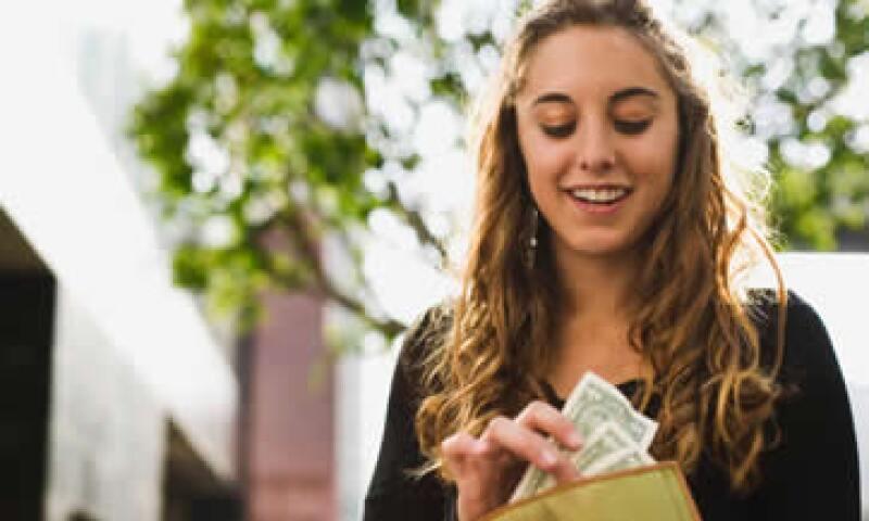 Ahorra por lo menos lo suficiente para ganar lo equivalente al plan de jubilación. (Foto: Thinkstock)