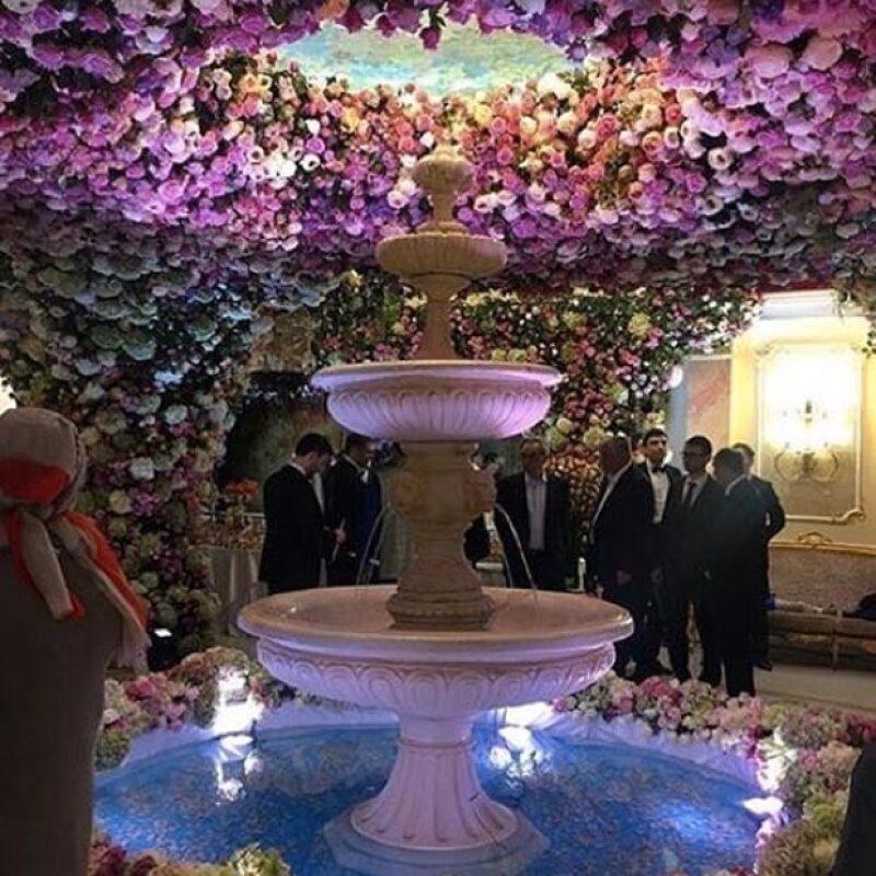 La decoración de la fiesta fue espectacular y las paredes fueron tapizadas de flores.