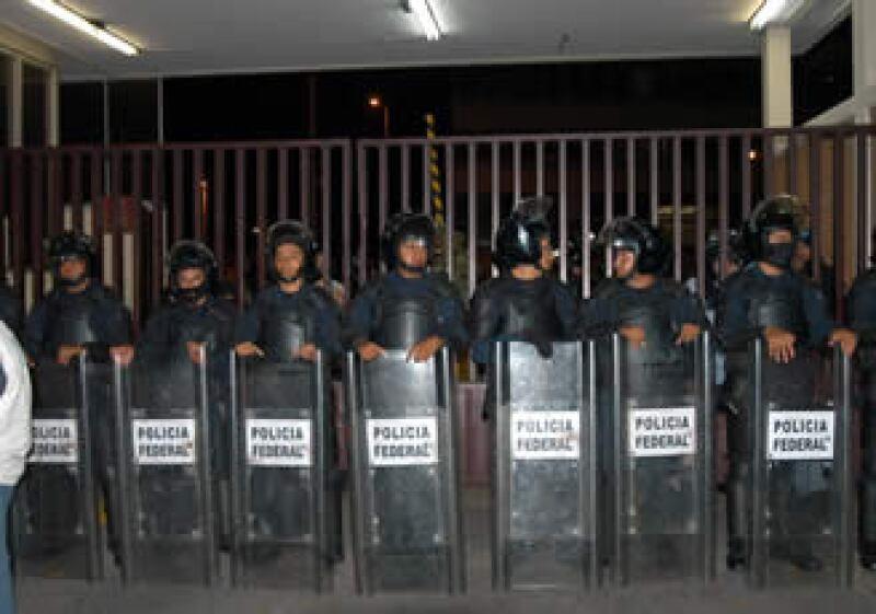La Policía Federal tomó las instalaciones alrededor de las 23:00 horas. (Foto: Notimex)