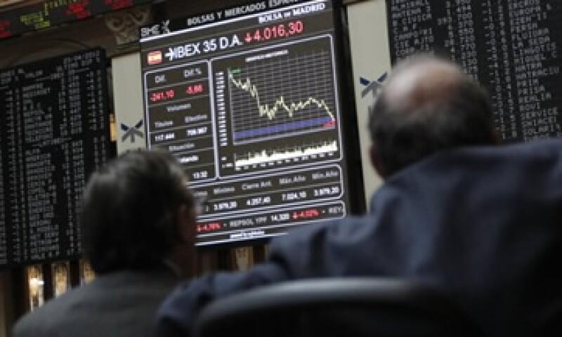 Las acciones de las financieras Santander, BBVA y Caixabank, perdieron 3.3% cada uno en la Bolsa española. (Foto: Reuters)