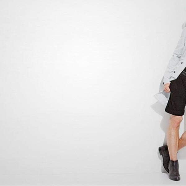 Para el fin de semana puedes improvisar con una camisa larga en color azul claro y un pantalón corto de lino.