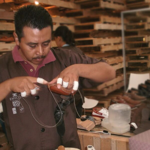 Los principales canales de distribución de la industria son las zapaterías, venta por catálogo y tiendas departamentales. En México existen 44,000 zapaterías, de las cuales 35% están concentradas en Guanajuato y Jalisco; así como en el Valle de México.