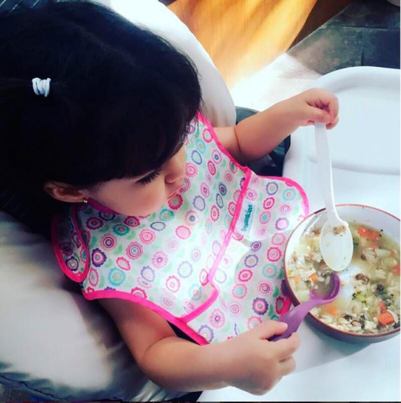 Aiatana ya es muy independiente. Su mamá compartió esta foto en la que disfruta de una rica sopa.