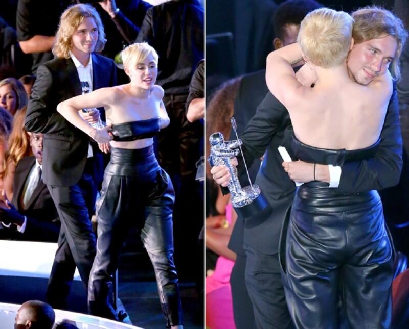 Tras el discurso de Jesse Helt, joven sin hogar que recibió el premio VMA de Miley, ha trascendido que tiene cuentas pendientes con la policía. La cantante lo defiende.