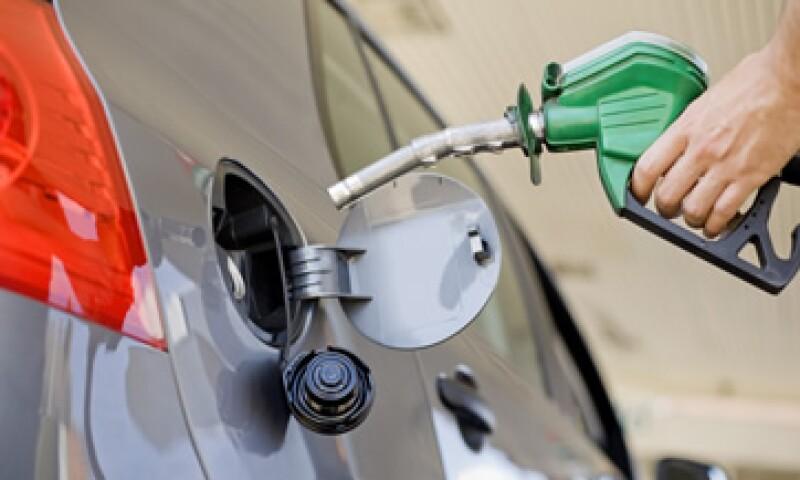 Este es el quinto aumento mensual de la gasolina en lo que va del año. (Archivo)