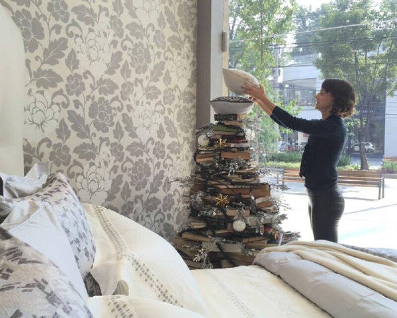 Andrea Bardasano decorando el árbol.